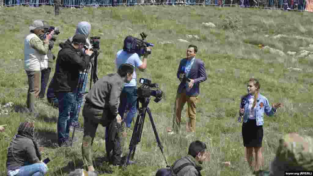Журналисты ведут репортаж о военно-историческом фестивале