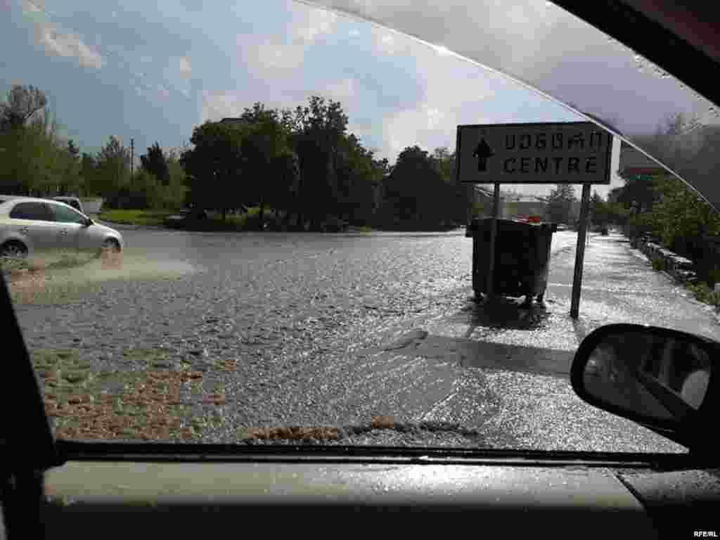 სეტყვას თან ერთვოდა ძლიერი წვიმა. დაიტბორა თელავის ქუჩების ნაწილიც.