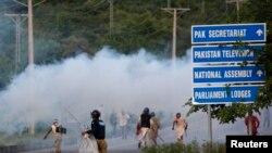 Судири на демонстрантите и полицијата во Пакистан.