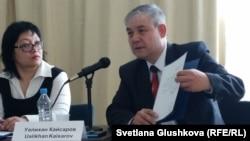 Оппозиционный политик Уалихан Кайсаров (справа) показывает свое заявление о намерении баллотироваться в президенты. Астана, 2 апреля 2015 года.