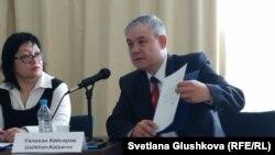 Уалихан Кайсаров (справа) показывает свое заявление о намерении баллотироваться в президенты Казахстана. Астана, 2 апреля 2015 года.