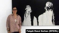 تمارا نوري امام احدى لوحاتها