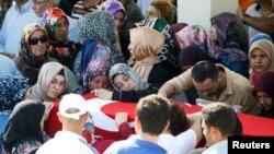 Людзі ў жалобе падчас цырымоніі пахаваньня забітага афіцэра турэцкай паліцыі ў Анкары. 18 ліпеня 2016 году