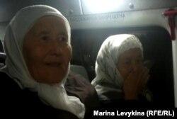 Нағима Сәдуақасова тарауық намазынан кейін үйлеріне тегін апаратын таксиге риза. Семей, 1 тамыз 2012 жыл.