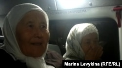 Нагима Садвокасова, жительница поселка Восточный, в автобусе после вечернего намаза в Центральной мечети. Семей, 1 августа 2012 года.