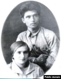 Төрөкул Айтматов жары Нагима Хамза кызы менен. Каракол. 1926.