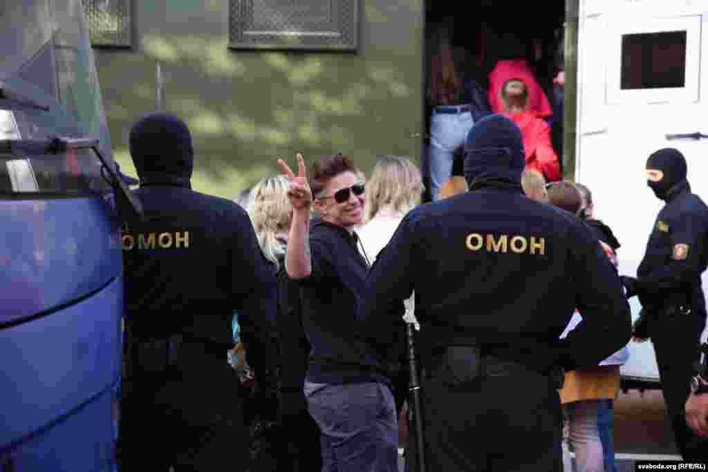Задержанных помещают в автозак