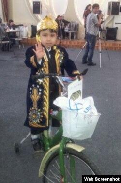 Гүлнара Каримова ұйымдастырған шарада балалар түрлі сыйлықтар алады. Мына балаға велосипед тиіпті.