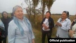 Председатель Комитета женщин Узбекистана Эльмира Баситханова на сборе хлопка.