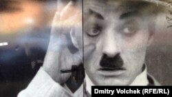 Портрет Чарли Чаплина на двери музея кино в Болонье
