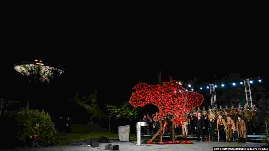 Президент оголосив символічну Першу хвилину миру.Хвилиною мовчання вшанували пам'ять загиблих і урочисто запалили «Вогонь слави»