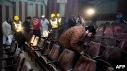 Pakistan - Ekipet shpëtimtare hulumtojnë në kinema pas sulmit që ngjau më herët me granata dore në Peshavar, 11 shkurt, 2014