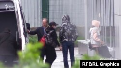 Журналісти зафіксували, як Віктор Медведчук із родиною приземлився у аеропорту «Київ» 7 травня, літак прилетів з Ужгорода