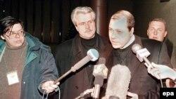 Сергей Михайлов Швейцариядан Мәскеу әуежайына ұшып келген беті журналистермен кездесіп тұр. 12 желтоқсан 1998 жыл