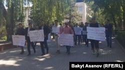 Участники акции протеста против ЛГБТ.