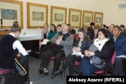 Участники литературного фестиваля собрались в Доме-музее Мухтара Ауэзова. В первом ряду с книгой в руке – почетный гость Дэвид Перри (Англия). Алматы, 14 ноября 2014 года.