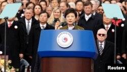 Пак Кын Хе принимает присягу на посту президента