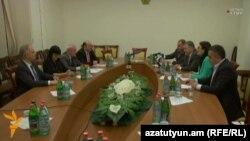 Правящие и оппозиционные фракции парламента подписывают заявление о взаимосогласии вокруг Избирательного кодекса, Ереван, 16 июня 2016 г.