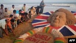Hindistanda Margaret Thatcher-in qumdan hazırlanmış heykəlinin qarşısına gül qoyurlar