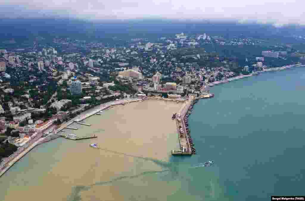 Вигляд на приплив брудної води з місцевих річок у Чорне море після сильних дощів