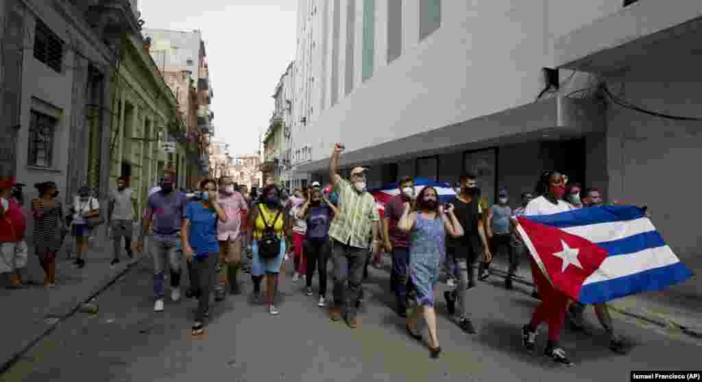 Люди «протестуют против кризиса, против того, что нет ни продуктов, ни лекарств, всё приходится покупать в валютных магазинах, этот список можно продолжать и продолжать», заявила одна из очевидцев акции в Сантьяго-де-Куба