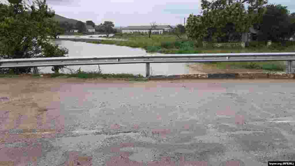 Річка Катерлез, розташована в Ленінському районі, впадає в річку Мелек-Чесмі в районі міського стадіону. Фактично, це центральний район Керчі, найбільш схильний до затоплень, як і сталося у випадку останнього підтоплення в місті