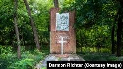Monument din zona de excludere în jurul centralei nucleare de la Cernobîl. În 2002, s-a adăugat o cruce peste steaua socialistă.