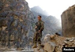 Az Afgán Nemzeti Hadsereg egyik katonája áll őrt a Mahipar ellenőrzőpontnál a Dzsalalábád–Kabul autópálya mellett 2021. július 8-án