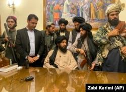 Боевики «Талибана» в президентском дворце Афганистана. Ашраф Гани к этому времени сбежал из страны. Кабул, 15 августа 2021 года
