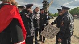 Полицейские рассматривают плакат активиста Григория Русина