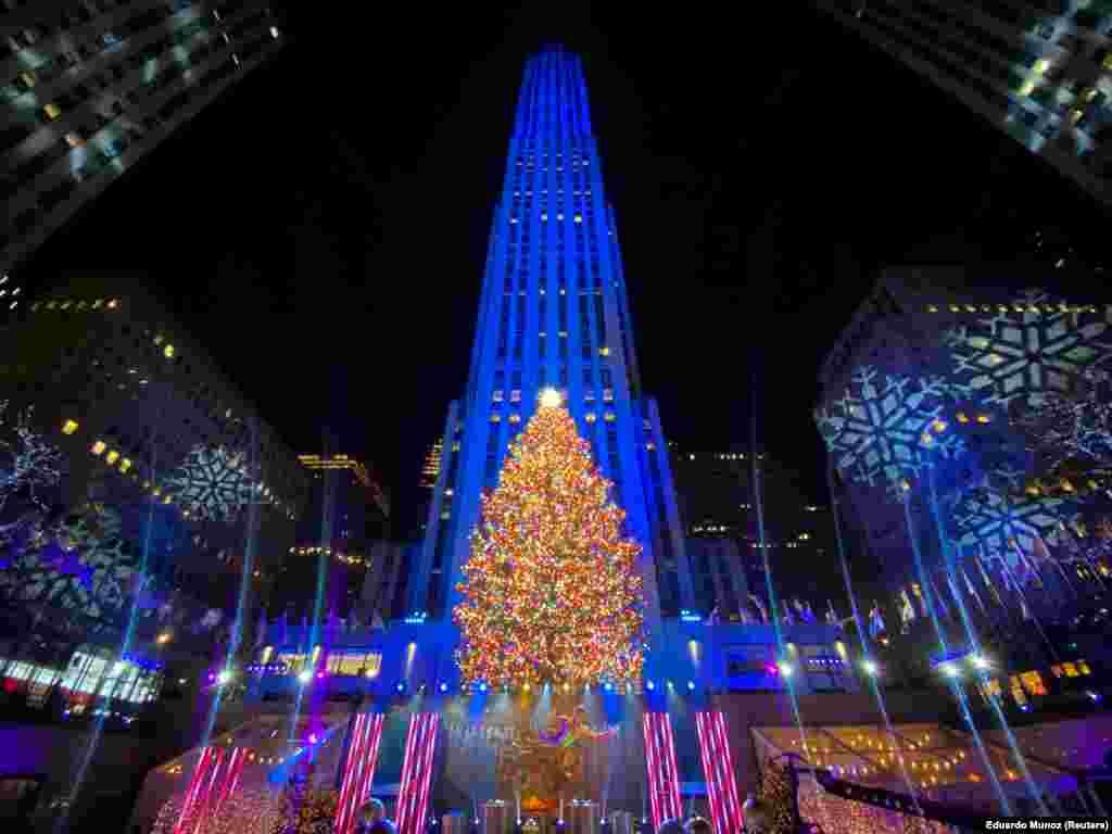 A New York-i Rockefeller Központ mellett is felállítottak egy kivilágított karácsonyfát.