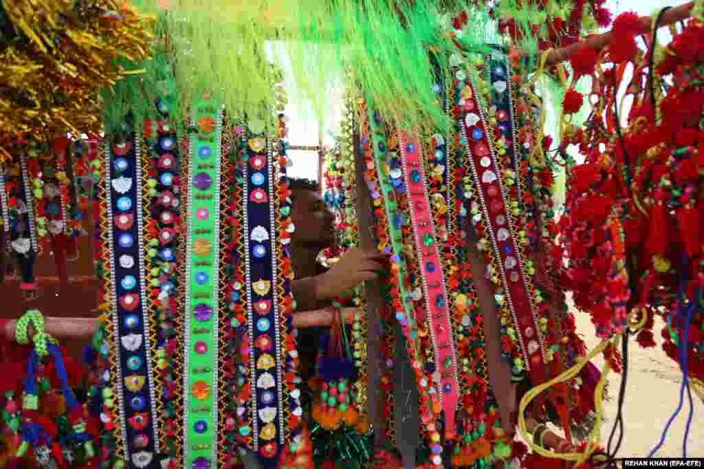 Valahol fel is díszítik az áldozati állatokat a rituálé előtt. A karacsi piacon ilyenkor sok erre használható cicomát lehet kapni