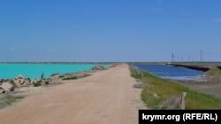 Зліва від дамби – відгороджена частина озера Красне, куди скидаються відходи виробництва Кримського содового заводу