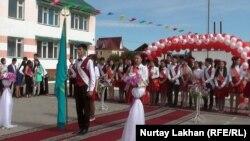 Последний звонок в средней школе села Байсерке Алматинской области. 25 мая 2015 года.