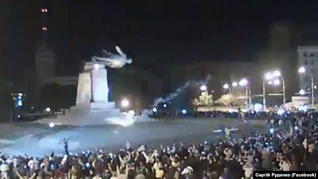 Пам'ятник Леніна у Харкові в момент повалення, 28 вересня 2014 року