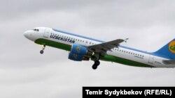 Самолет Uzbekistan Airways в аэропорту «Манас», совершающий рейсы Ташкент-Бишкек. Архивное фото.