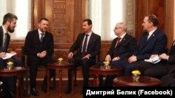 Депутати Держдуми Росії Дмитро Бєлік (крайній праворуч) і Дмитро Саблін (другий зліва) на зустрічі з президентом Сирії Башаром Асадом (в центрі), 17 січня 2019 року