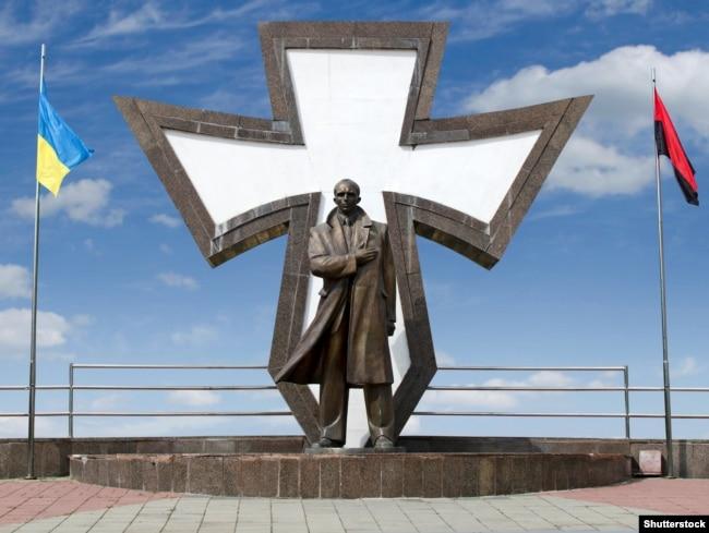 31a3a1a60bc239 Пам'ятник провіднику ОУН Степану Бандері в Івано-Франківську, 10 серпня  2018 року