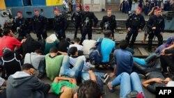 Poliția maghiară, supraveghind migranții în gara Keleti din Budapesta, 1 septembrie 2015