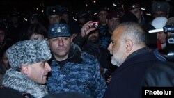 Армениядагы оппозиция лидерлери менен милиция кызматкерлери митингде