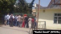 Родственники бывших сотрудников антикоррупционного агентства возле входа в здание Верховный суд РТ. Душанбе, 19 июля 2017 года.