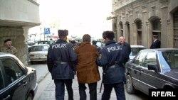 Avropa Şurasının Bakıdakı ofisinin qarşısında piket keçirmək istəyən jurnalistləri də həbs edirlər, 11 mart 2008