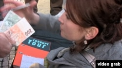 """Гид тура """"Коррупционные места"""" в Праге берет деньги с туристов за тур."""