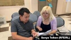 Гражданская активистка Санавар Закирова в суде со своим адвокатом Бауыржаном Азановым. Нур-Султан, 1 августа 2019 года.