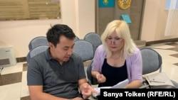 Адвокат Бауыржан Азанов пен белсенді Санавар Закирова аппеляциялық сот алдында. Нұр-Сұлтан, 1 тамыз 2019 жыл.
