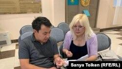 Адвокат Бауыржан Азанов и активистка Санавар Закирова в холле суда. Нур-Султан. 1 августа 2019 года.