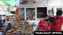 """Покупатель торгуется с продавцом, рынок """"Шохмансур"""", город Душанбе."""
