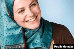 Ұлыбританиялық мұсылман актриса, қоғамдық белсенді, Оксфорд университетінің докторанты Мириам Франсуа-Сера. Facebook желісінен алынған сурет