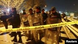 Турецкие силы безопасности оцепили район, где произошел взрыв.