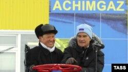 """Кіраўнік """"Газпраму"""" Аляксей Міллер (зьлева) і старшыня праўленьня канцэрну Юрген Гамбрэхт (зправа)"""